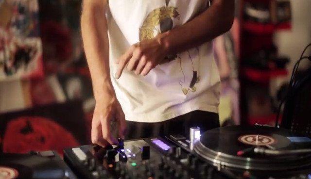 "DJ Pipes creates ""Israeli Rasta"" using a turntable, Maschine MK2, and Traktor Kontrol Z2."