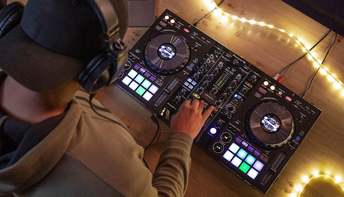 DDJ-800: Pioneer DJ Just Announced A New Rekordbox DJ Controller